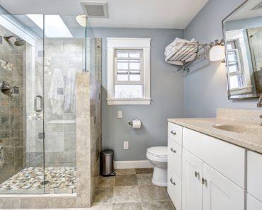 dove c'era prima una vasca da bagno è stato realizzato una doccia con muretto
