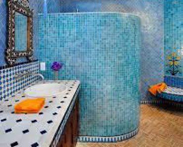 Pareti in vetrocemento per bagni 10 idee meravigliose - Mosaico blu bagno ...